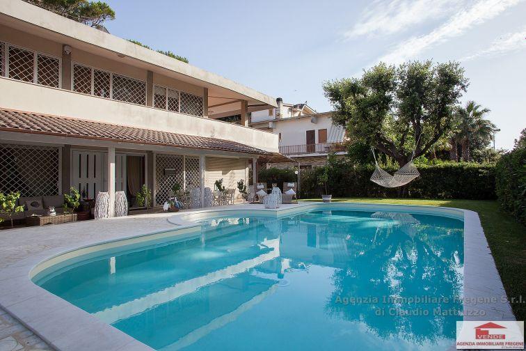 Prestigiosa villa unifamiliare con piscina